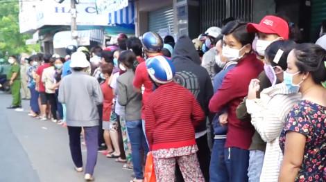 Hàng ngàn người dân rồng rắn xếp hàng mua khẩu trang y tế