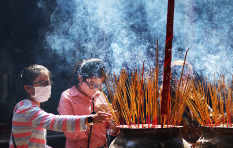 Rằm tháng Giêng: Khách hành hương giảm mạnh nhưng nhang khói vẫn mịt mù