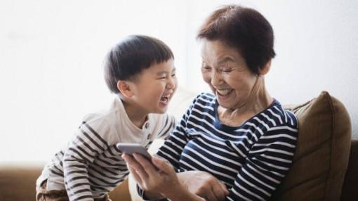 Bà nội, bà ngoại thành mẹ bất đắc dĩ của cháu