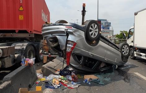 Ô tô 7 chỗ bị xe container tông biến dạng, lật ngửa giữa cầu vượt