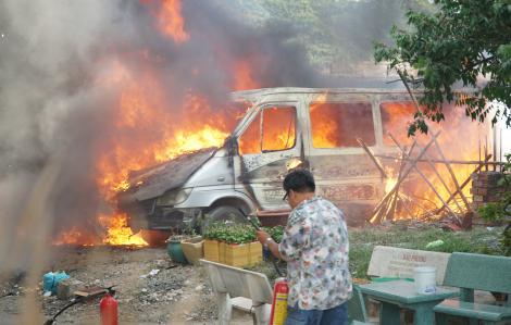 Hai xe khách để lâu ngày, bất ngờ phát hỏa giữa khu dân cư