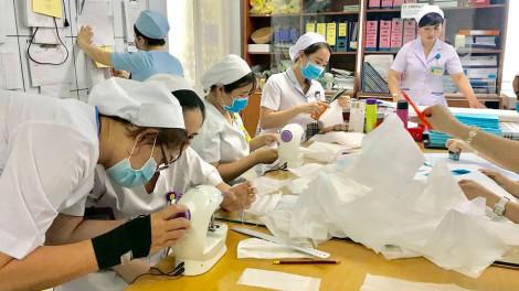 Nhân viên Bệnh viện Từ Dũ trổ tài may khẩu trang chống dịch corona xuyên những giờ nghỉ trưa