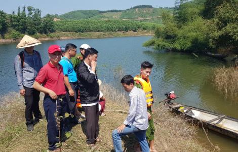 Lật thuyền chở 12 người ở Huế, tìm thấy xác 2 nạn nhân