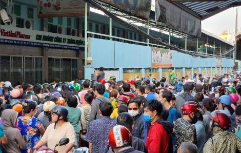 Hàng ngàn người tập trung mua khẩu trang, cửa hàng phải đóng cửa sớm