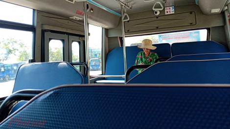 Xe buýt Sài Gòn vắng hoe vì dịch Covid-19