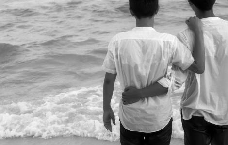 Mẹ yêu con, dù con có là ai…