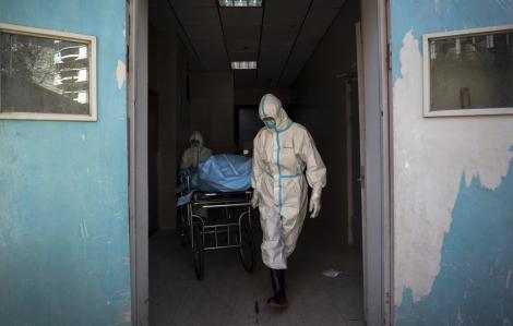 Số người tử vong lẫn nhiễm mới do COVID-19 đã giảm