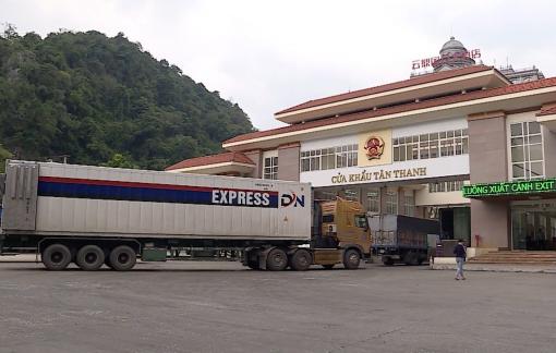 Ngày đầu thông quan cửa khẩu Tân Thanh, 11 container trái cây qua biên giới