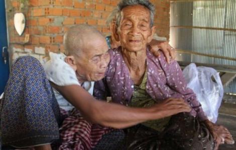 Hai chị em trăm tuổi gặp lại nhau sau 47 năm xa cách
