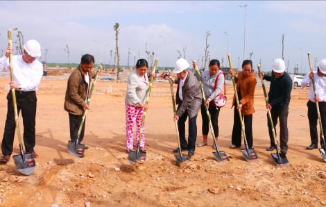 Xúc động giây phút người dân nghèo Thượng thành Huế làm lễ động thổ xây nhà mới