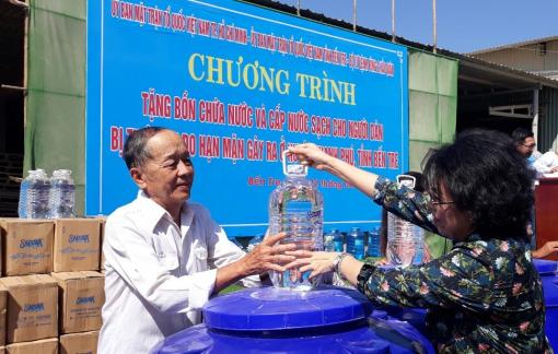 Tặng 200 bồn chứa nước cho nhân dân vùng hạn mặn Bến Tre