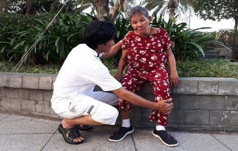 Con trai U60 dìu mẹ già tập đi, phơi nắng mỗi ngày