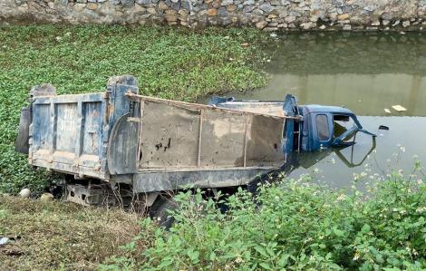 Xe tải chở đất bị tàu hỏa húc văng xuống ao, tài xế tử vong