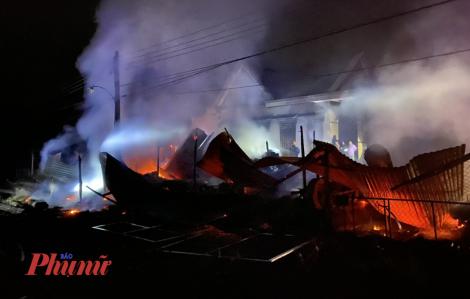 Sau tiếng nổ lớn, lửa thiêu rụi xưởng gỗ, 1 người tử vong