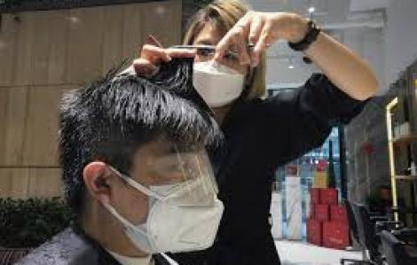 Tiệm cắt tóc cũng lao đao dịch COVID-19