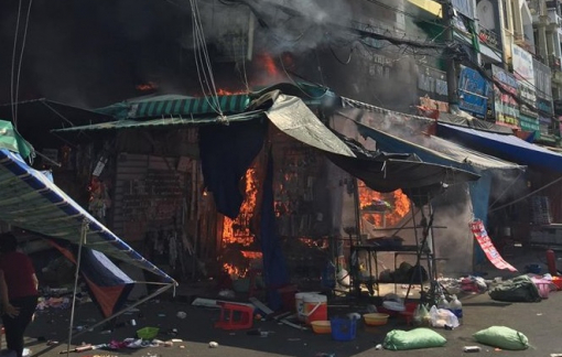 Cháy cửa hàng tạp hóa sát chợ Hạnh Thông Tây, nhiều người thoát chết trong gang tấc