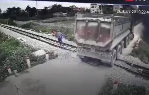 Nhân viên gác chắn kịp ngăn đoàn tàu, cứu xe ben mắc kẹt trên đường ray