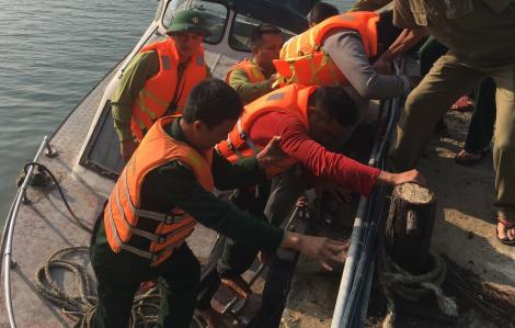 Sóng đánh vỡ mạn thuyền, 11 ngư dân Thanh Hóa thoát chết trong gang tấc