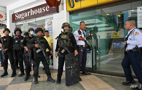 Một cựu nhân viên an ninh bắn bị thương 1 người, bắt giữ 30 con tin