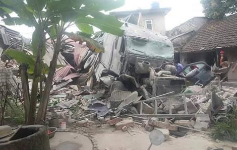 Xe tải đâm sập 3 nhà dân, nhiều người hoảng loạn tháo chạy