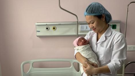 Cứu sống em bé trong bụng người mẹ hôn mê do tai nạn giao thông