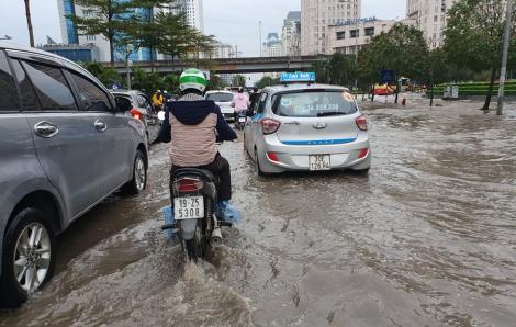Hà Nội thành sông, nhiều ô tô gặp nạn sau cơn mưa