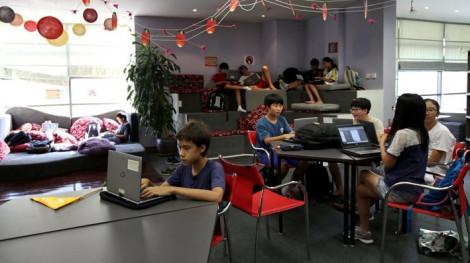 Học sinh trường quốc tế tại Hà Nội đi học lại, TP.HCM học online