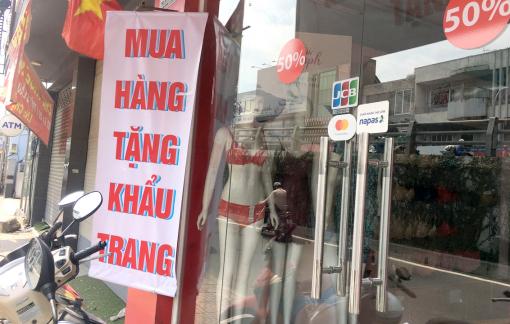 Nhiều cửa hàng thời trang rao tặng khẩu trang để nhử khách