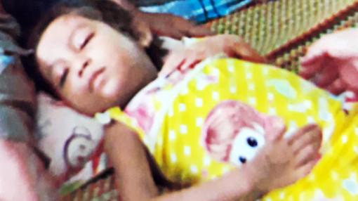 Hai trẻ nghèo người dân tộc mong được giúp đỡ