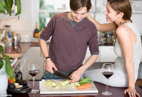 Chồng vào bếp, vợ mệt