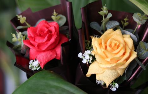 Chị em tự làm hoa giấy để tặng nhau