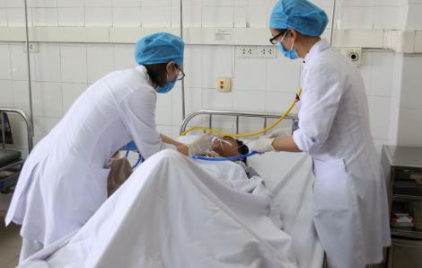 Các bác sĩ chạy đua lấy mảnh kim loại cắm xuyên cổ bệnh nhân