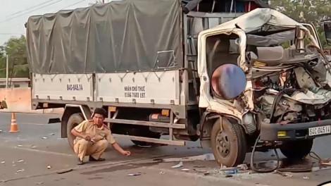 Xe tải tông đuôi xe máy cày chở củ mì, 2 người chết, một người bị thương