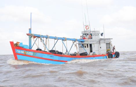 Cảnh sát biển bắt giữ tàu chở 80.000 lít dầu không rõ nguồn gốc