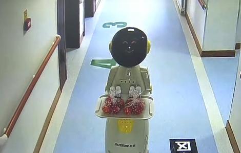 Clip: Robot y tá phục vụ bệnh nhân trong khu cách ly COVID-19