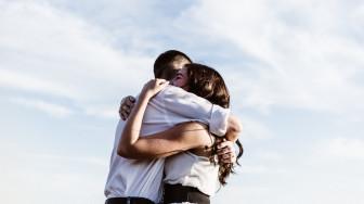 Yêu là trao trái tim và cả… thẻ lương