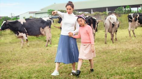 Chuyến tham quan 'đại bản doanh' Cô Gái Hà Lan của mẹ con Hồng Diễm
