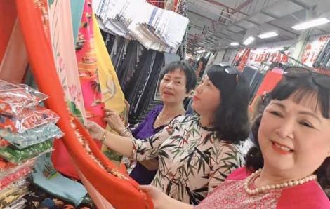 Tặng 100 bộ áo dài cho phụ nữ khó khăn