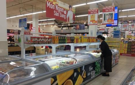 Hàng ''bơm'' đầy siêu thị, người mua hết muốn tích trữ