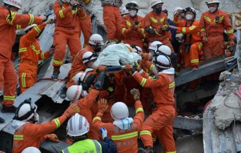 Người đàn ông được giải cứu sau 69 giờ trong vụ sập khách sạn cách ly COVID-19 tại Trung Quốc