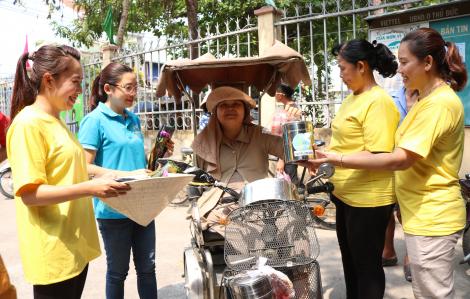 Người phụ nữ ngồi xe lăn bán muối, gần cả đời không được nhận hoa, quà