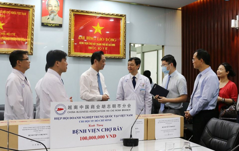 Tổng lãnh sự Trung Quốc thăm và tặng khẩu trang cho Bệnh viện Chợ Rẫy