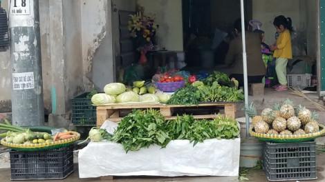 """Người mua """"né"""" COVID-19 không đi chợ, rau xanh phải đổ bỏ"""