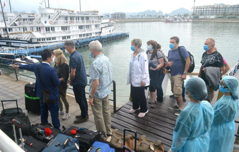Từ 0 giờ ngày 12/3, Quảng Ninh dừng đón khách tham quan vịnh Hạ Long và nhiều danh thắng khác