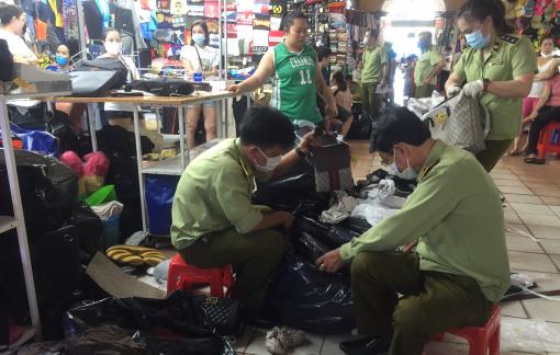 Tạm giữ gần 1.500 đồng hồ, mắt kính giả tại chợ Bến Thành, Sài Gòn Square