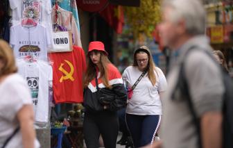 Du lịch đến Việt Nam nhưng không đeo khẩu trang, khách nước ngoài nói gì?