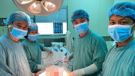 Một phụ nữ mang khối u nặng 9kg trong bụng