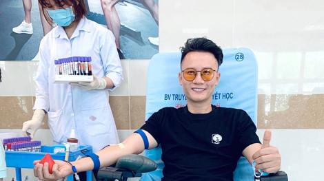 """Nghệ sĩ Việt chung tay cùng cộng đồng chiến đấu với """"giặc"""" COVID-19"""