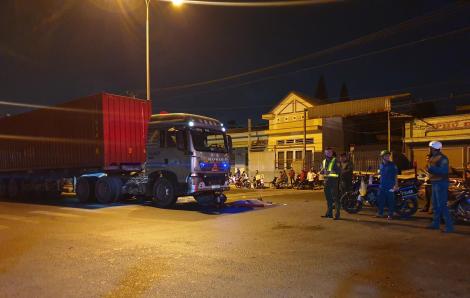 Xe máy kẹp 3 chạy ngược chiều lao vào xe container, 3 người thương vong