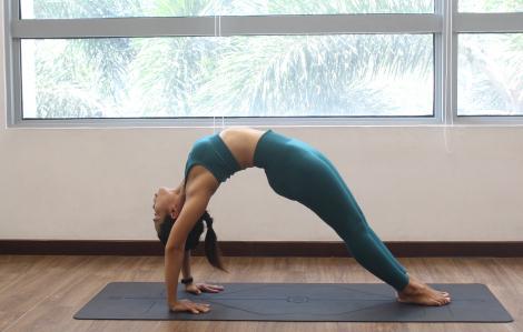 Clip: 10 phút yoga giúp chị em siết vòng eo